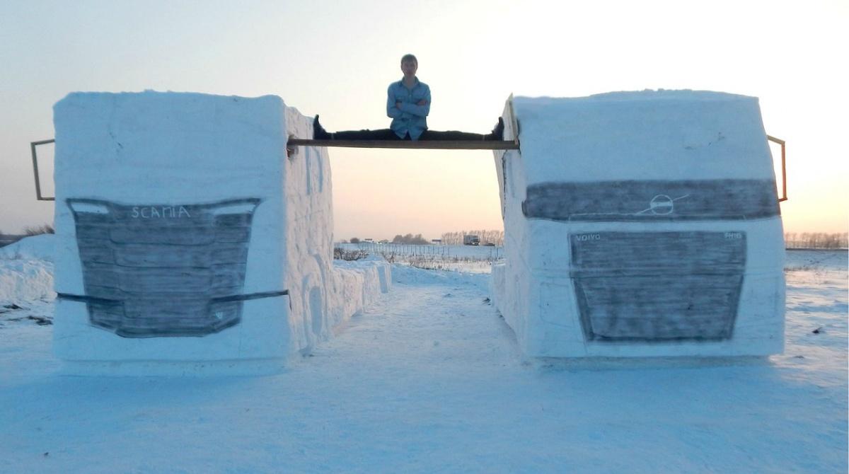 Сибиряк повторил трюк Ван Дамма с двумя грузовиками из снега