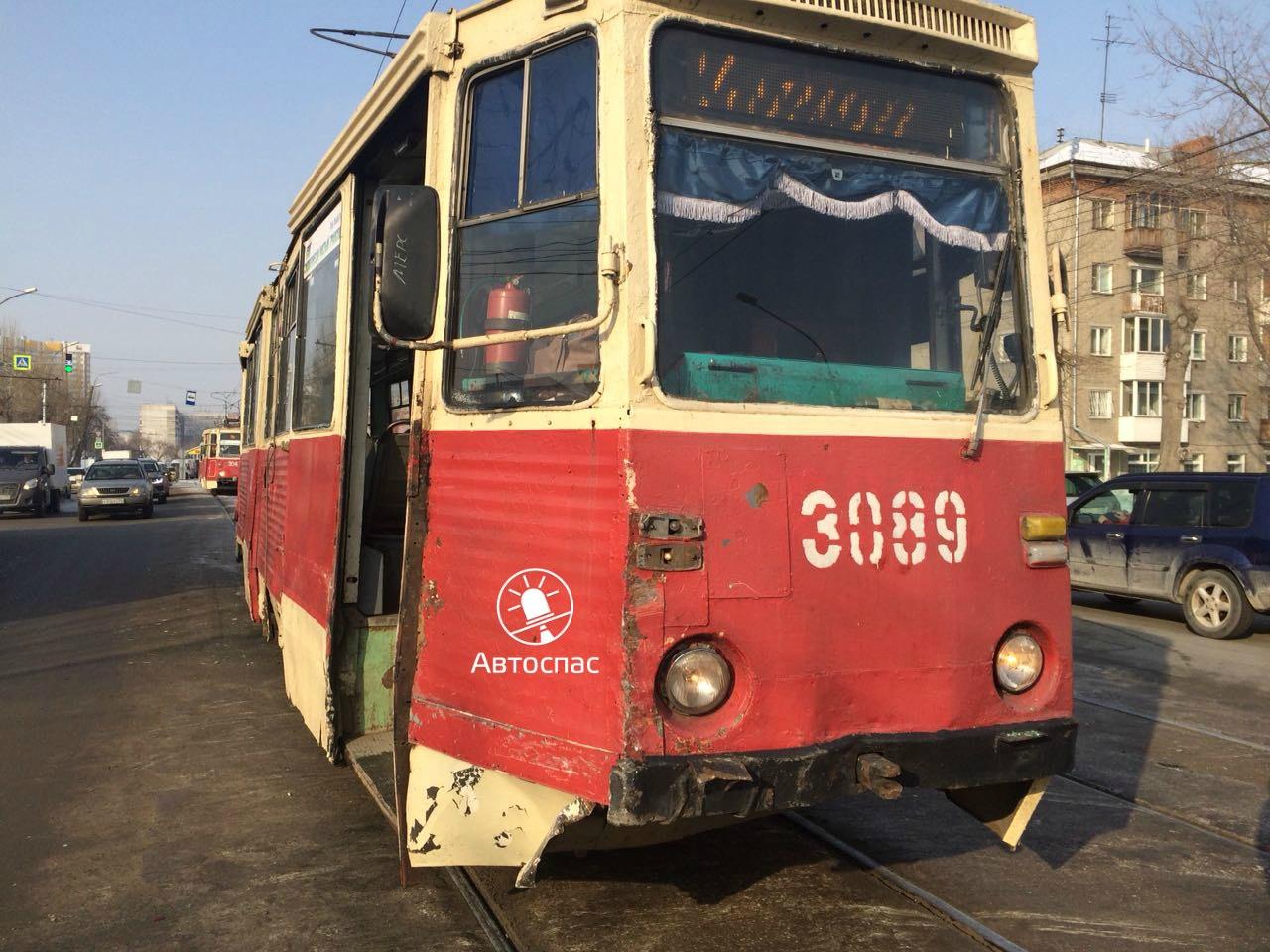 На Трикотажной трамвай №14 врезался в кроссовер Suzuki