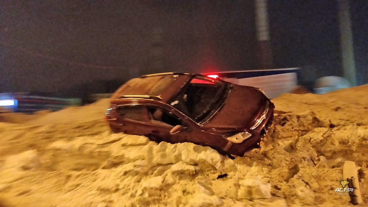 Водитель кроссовера оказался в снежном плену в Новосибирске