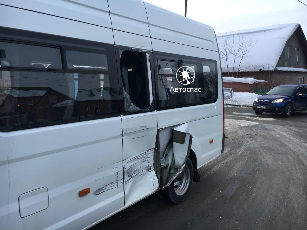 В Новосибирске произошло ДТП фуры и маршрутки №11 с пассажирами