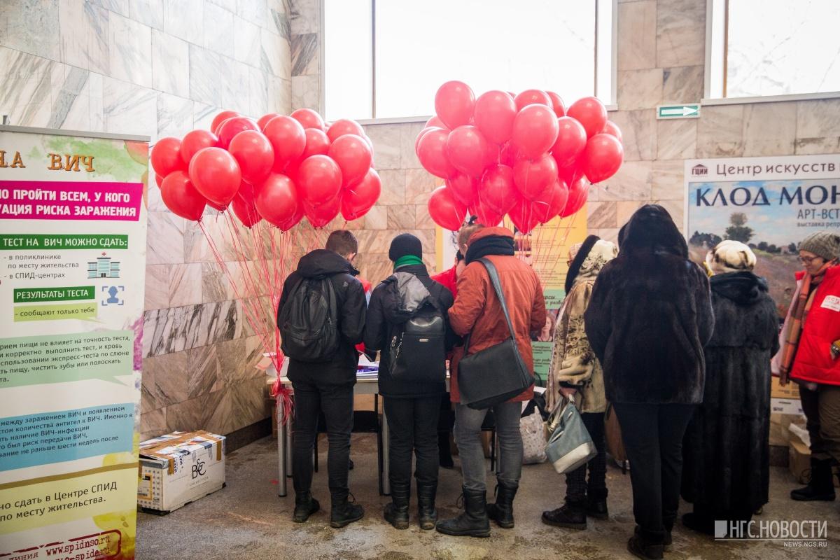 Презервативы ко Дню всех влюблённых начали дарить на площади Ленина