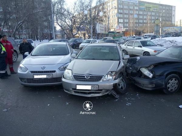 Массовое ДТП в Новосибирске: столкнулись три иномарки
