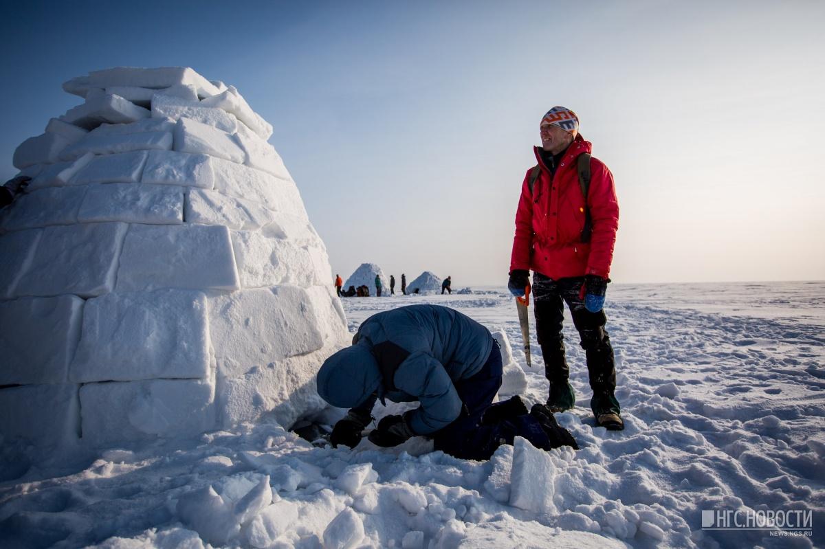 Новосибирцы построили снежные дома на берегу Обского моря