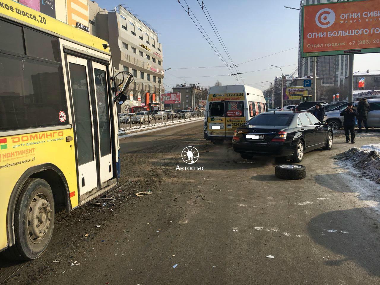 В Новосибирске произошло массовое ДТП маршрутки, автобуса и «Мерседеса»