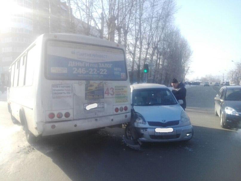 В Ленинском районе произошло ДТП с участием иномарки и автобуса