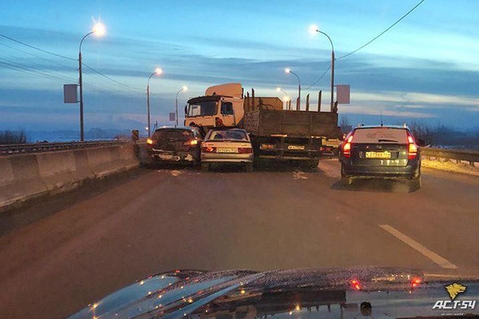 Массовое ДТП произошло в Новосибирске по дороге в аэропорт