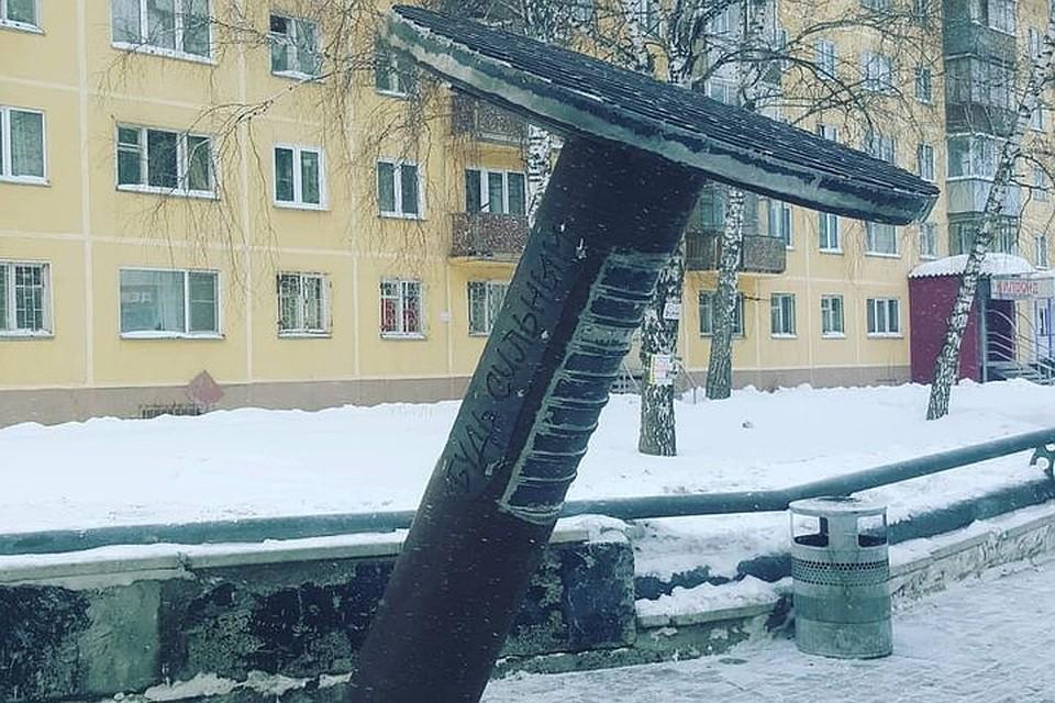 Трёхметровый памятник гвоздю установили в Новосибирске