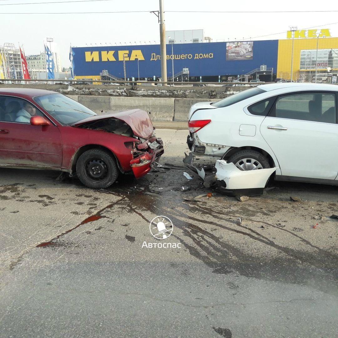 В Новосибирске произошло массовое ДТП грузовика и двух иномарок