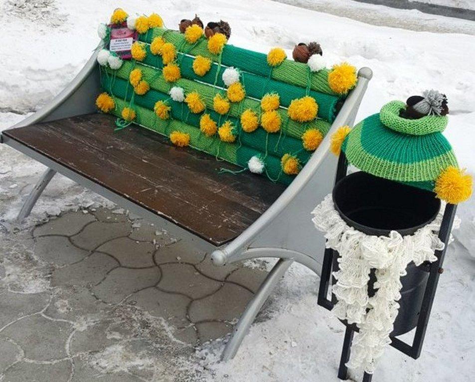 Красивые вязаные скамейки и столбы появились в центре Новосибирска