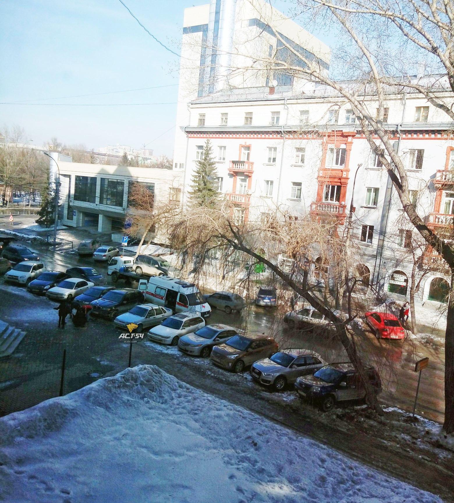 Глыба снега и льда упала на парня в центре Новосибирска
