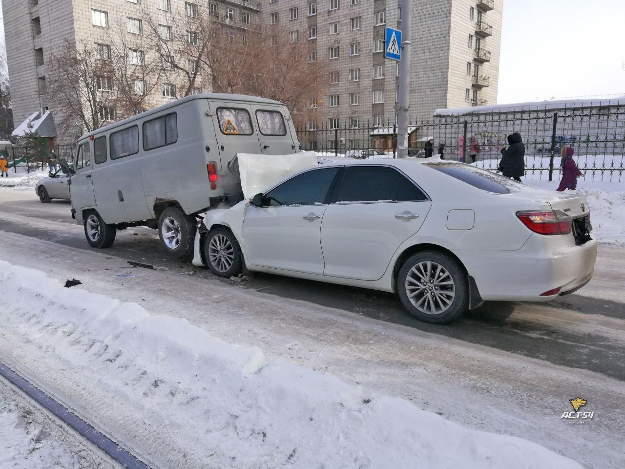 В Новосибирске произошло курьезное ДТП УАЗ «Буханки» и Toyota Camry