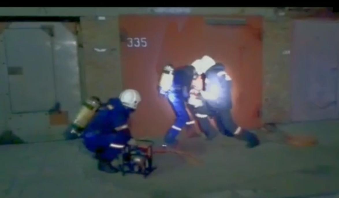 Мужчину без сознания из гаража в Новосибирске вызволяли спасатели МАСС
