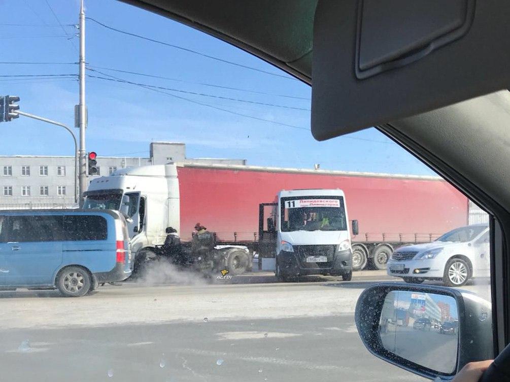 Двое пострадали в массовой аварии пяти автомобилей в Новосибирске