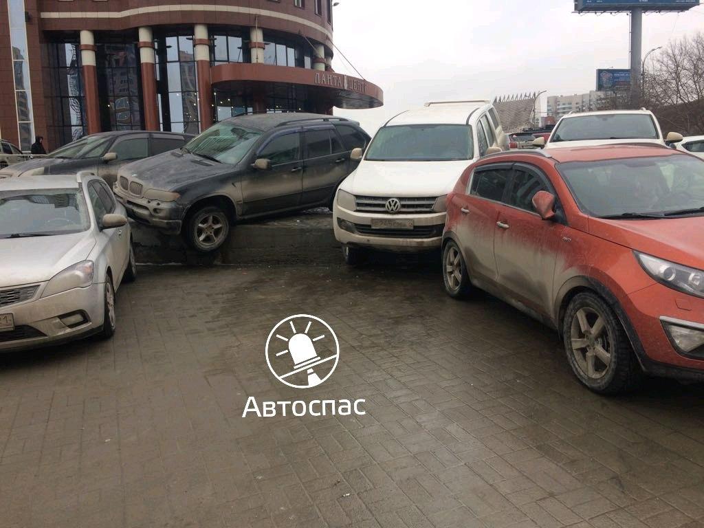 Новосибирск: две иномарки скатились с парковки на другие авто