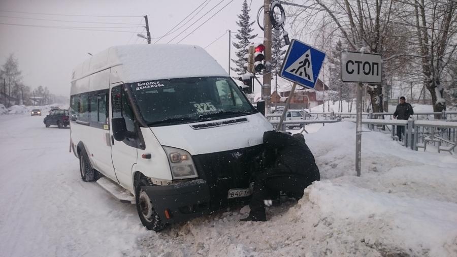 Под Новосибирском произошло ДТП маршрутки с пассажирами и такси