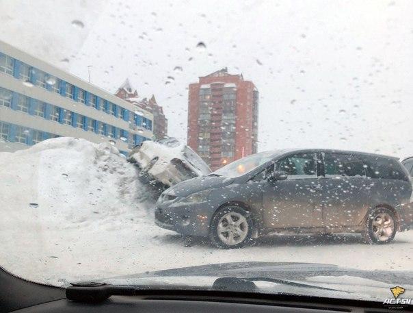 В Новосибирске столкнулись Mitsubishi Grandis и Subaru B4