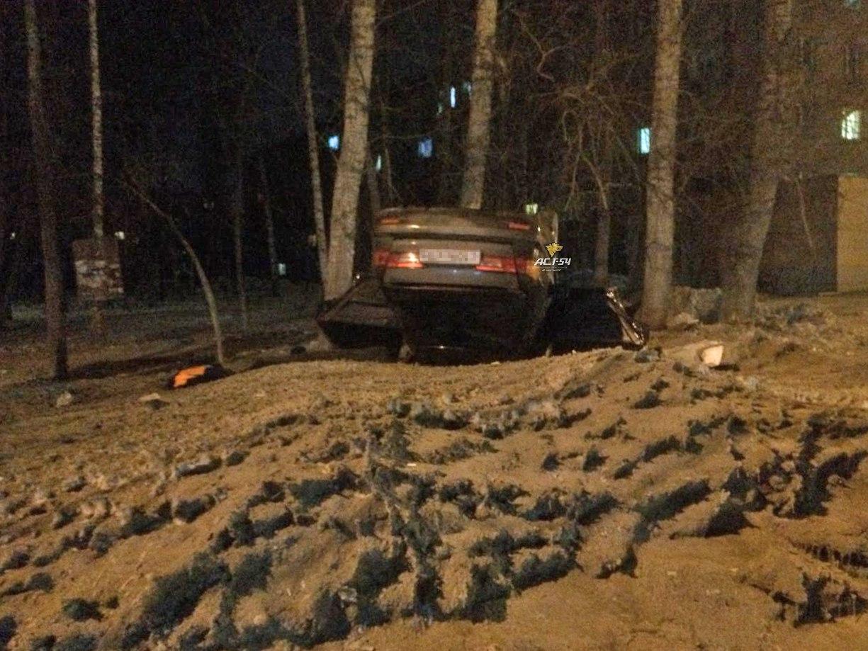 Toyota перевернулась на крышу после ДТП возле отдела полиции в Новосибирске
