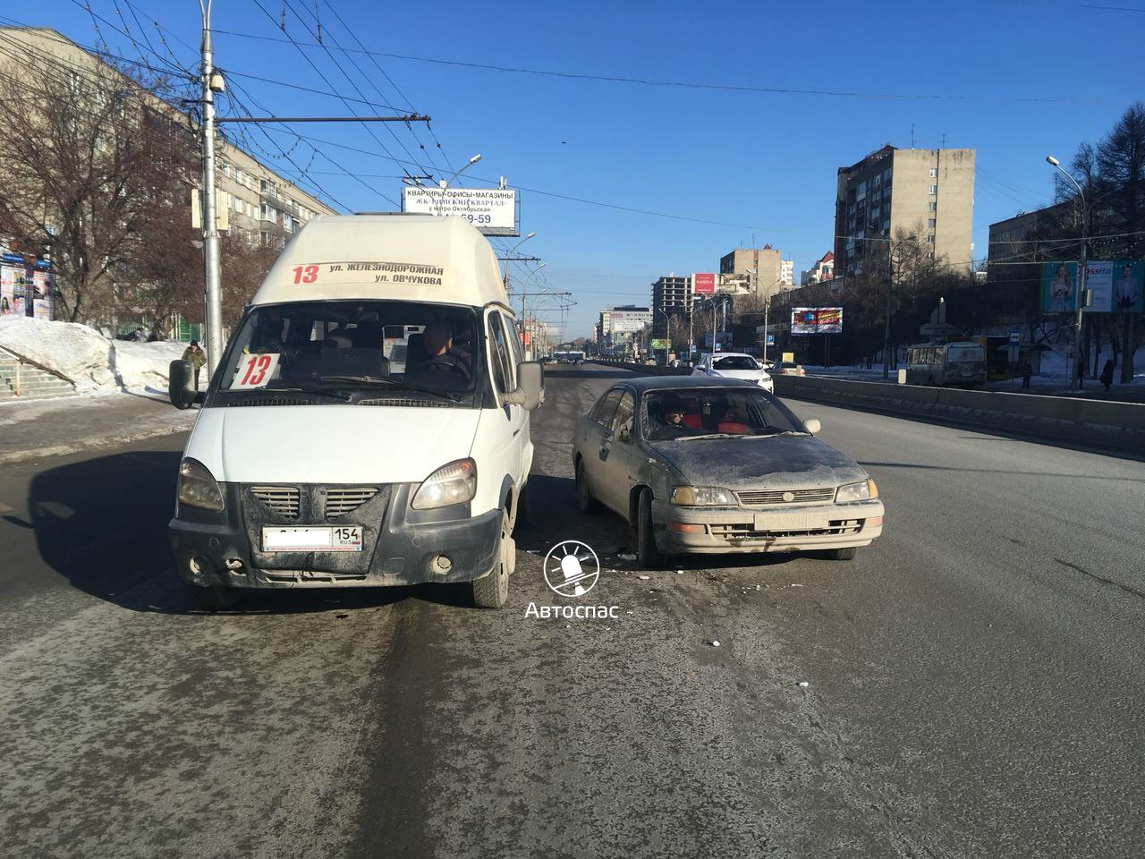 В Новосибирске произошло ДТП маршрутки №13 с пассажирами и Toyota Corona