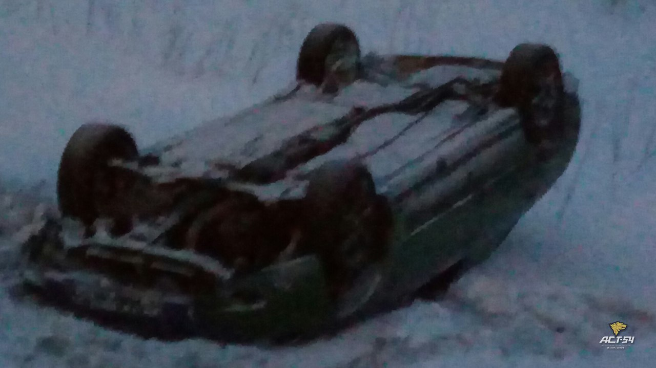 Парень и девушка перевернулись в машине на трассе неподалёку от Черепаново