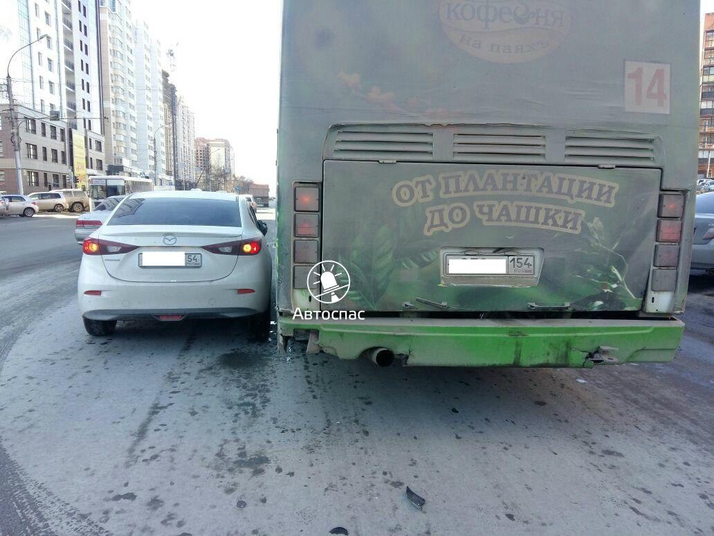 В Новосибирске произошло массовое ДТП автобуса, троллейбуса и Мазды