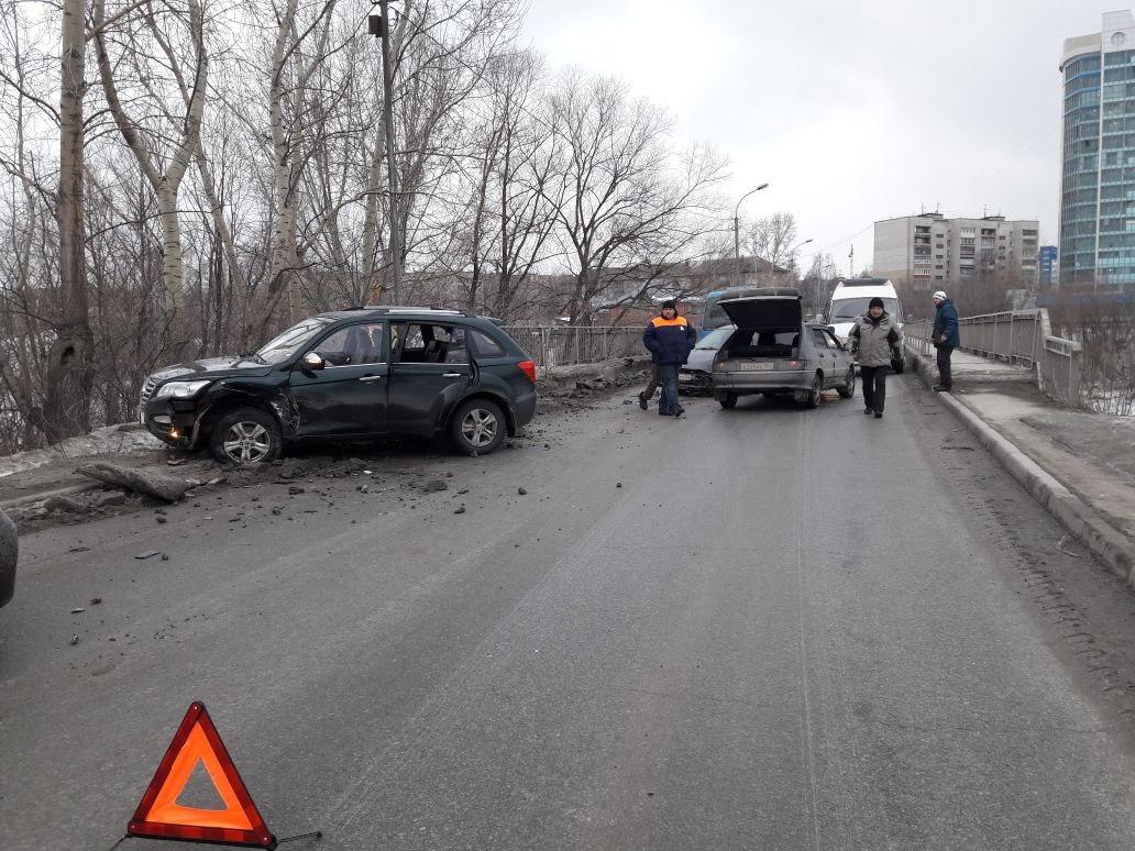 Пассажирка Lifan пострадала в массовом ДТП на трассе под Новосибирском