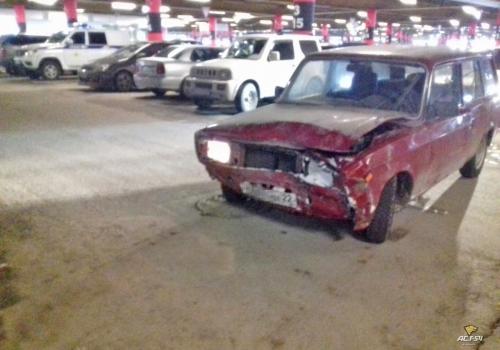 Водитель ВАЗ-2104 врезался в стену на парковке ТЦ «Мега»