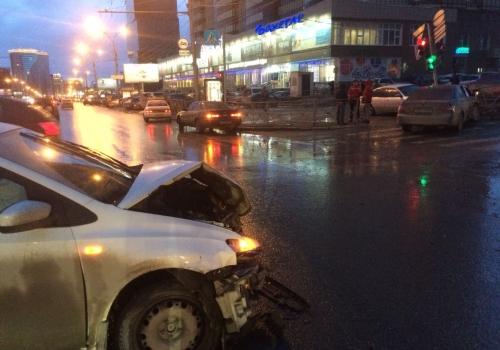 Из-за ДТП двух иномарок на Кирова в Новосибирске покосился светофор