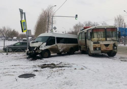 Утром в Новосибирске произошло ДТП с участием автобуса и маршрутки