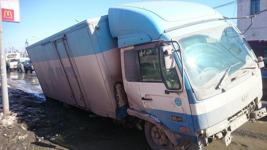 У поста ГИБДД в Бердске под продуктовым грузовиком провалилась дорога