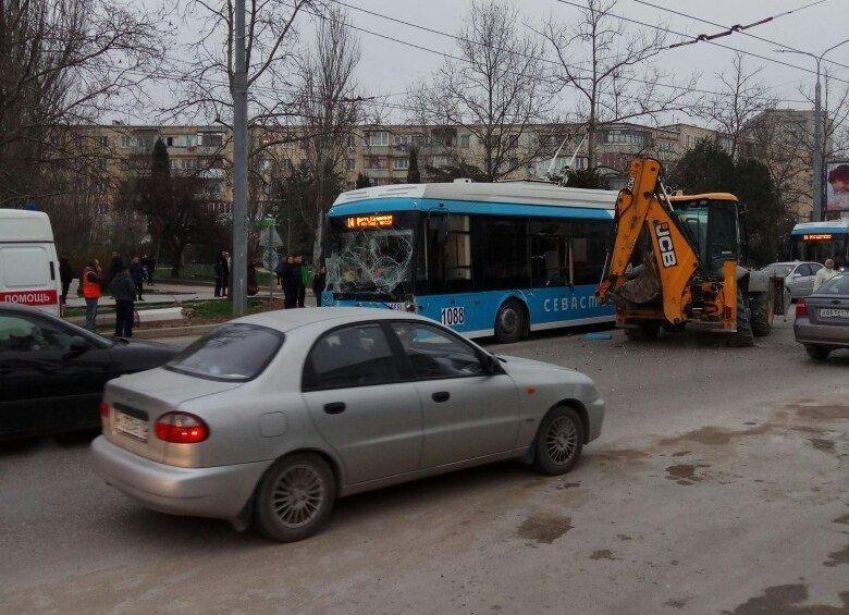 Троллейбус и экскаватор стали участниками ДТП в Севастополе
