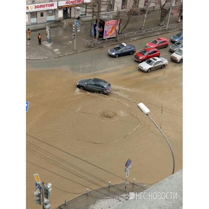 Крупная коммунальная авария: центр Новосибирска затопило грязной водой