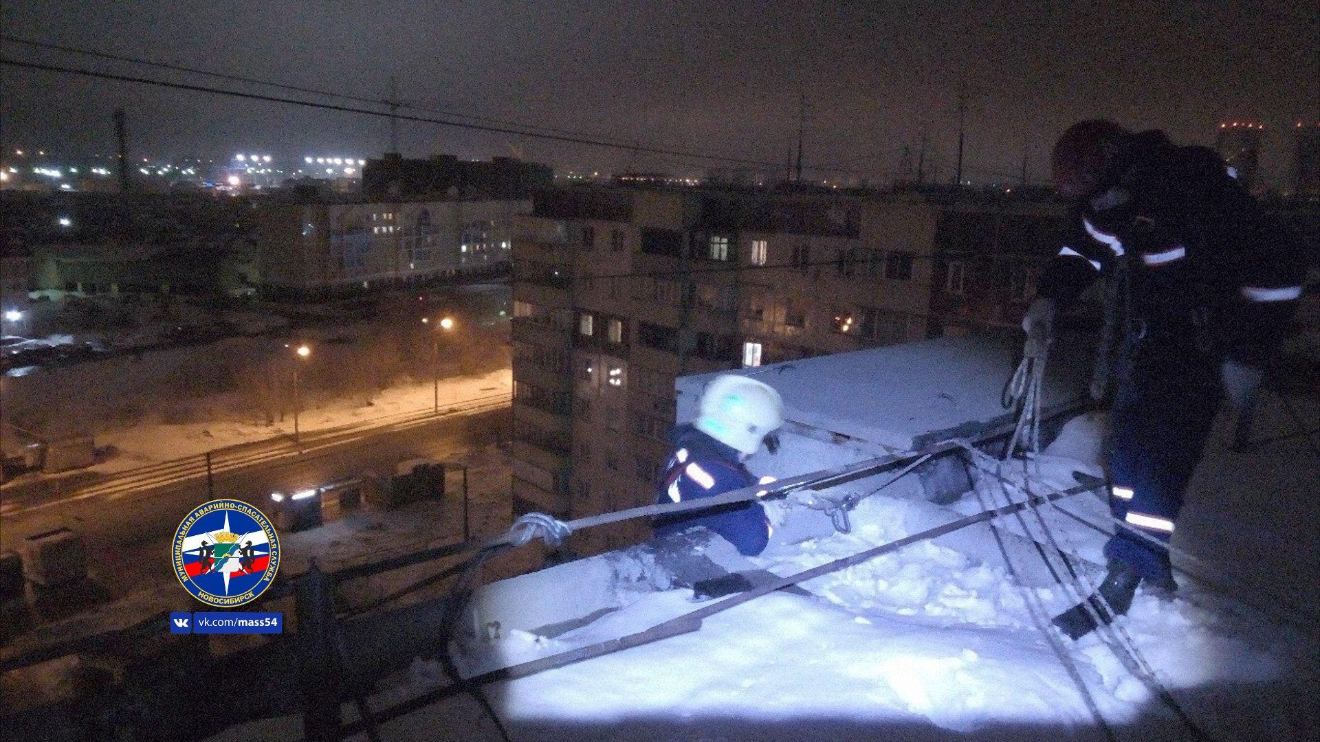Неадекватного новосибирца ночью снимали с козырька балкона на 9-м этаже