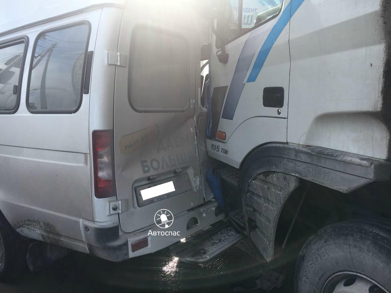 Массовое ДТП в Новосибирске: по Добролюбова проехал грузовик без тормозов