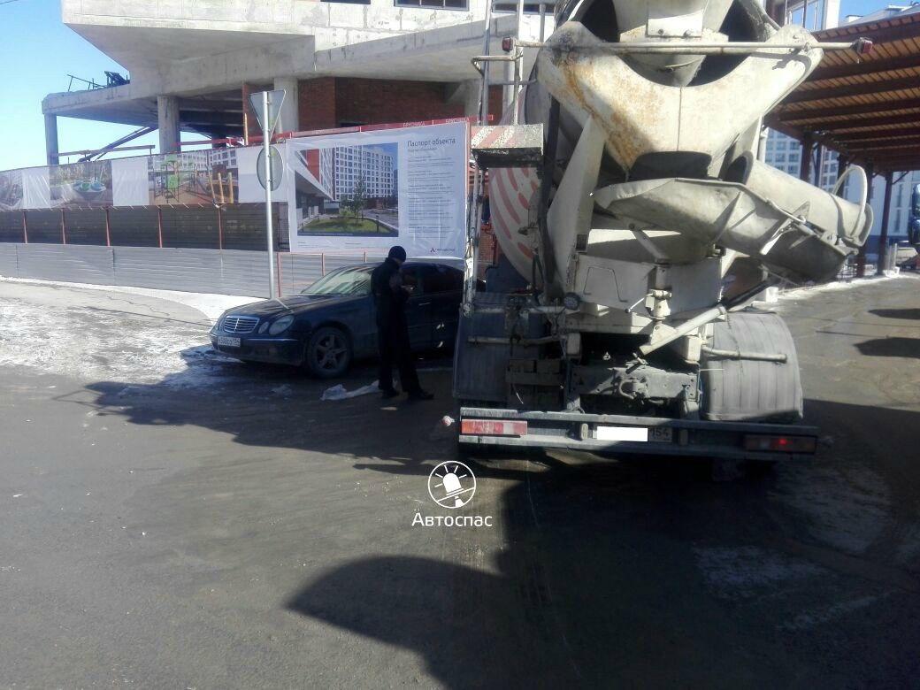 Новосибирск: водитель «КамАЗа» протаранил припаркованный Mercedes