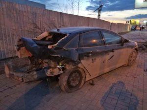 От удара Hyundai «Форд» выкорчевал дерево в Новосибирске