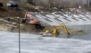 Огромный экскаватор утонул на «Шлюзе» в Новосибирске при странных обстоятельствах