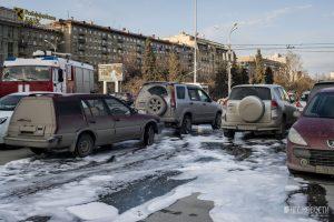 Из-за «Хонды» с пробитым баком всю площадь Ленина залили пеной