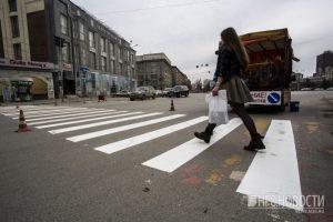 Новую разметку нанесли дорожники на площади Ленина