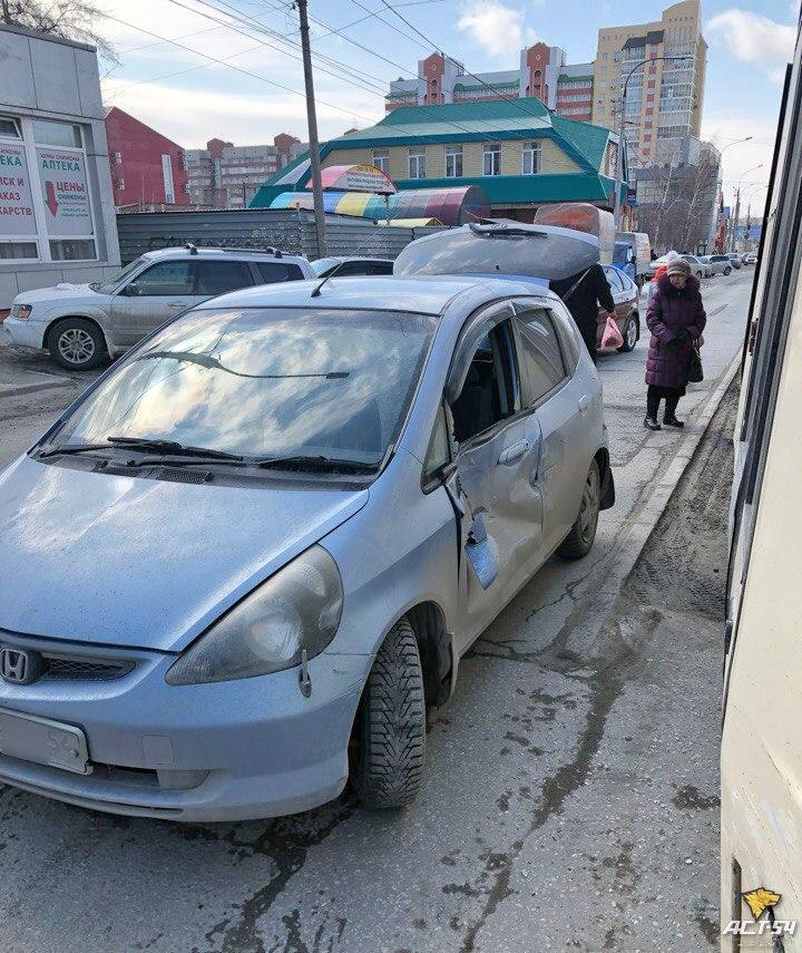 ДТП в Новосибирске: столкнулись легендарный трамвай № 13 и Honda