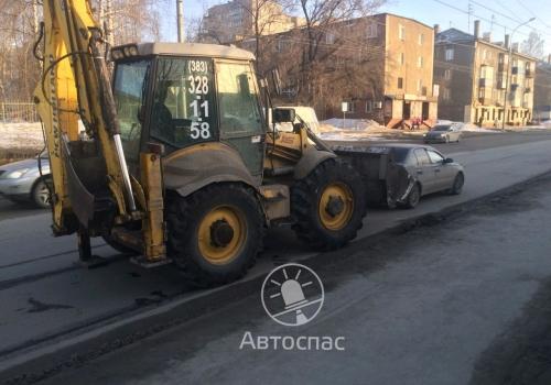 На Бориса Богаткова в Новосибирске произошло ДТП трактора и «Toyota»