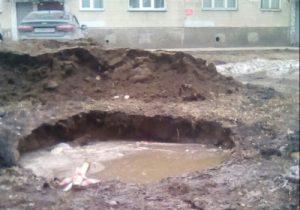 Уже полтора месяца на детской площадке Новосибирска стоит открытая яма
