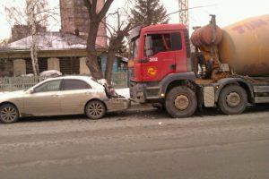 "В центре Новосибирска водитель грузовика ""догнал"" «Тойоту»"