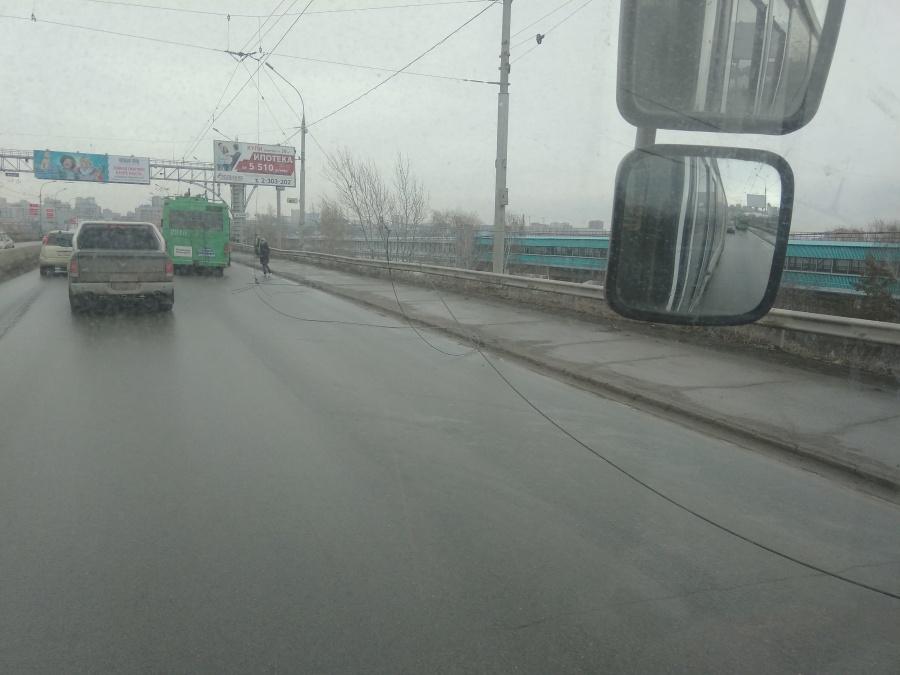 Днем в Новосибирске из-за обрыва проводов образовалась пробка