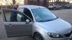 Сегодня в Бердске камень с крыши дома разбил в авто лобовое стекло