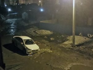 Карета скорой помощи в Новосибирске утонула в яме с грязью
