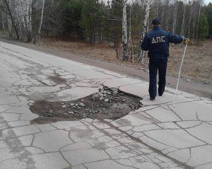 Разбитую дорогу между поселками Новым и Светлым в Бердске отремонтируют по суду