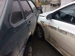 В центре Новосибирска массовое ДТП - столкнулись три автомобиля