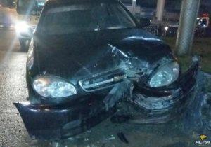 Автомобилист на «Шевроле» в Новосибирске разбился о дорожное ограждение и сбежал