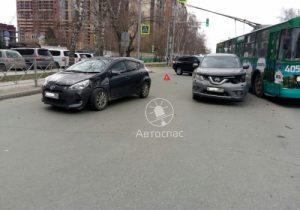 Toyota сбила девушку и протаранила два автомобиля на улице Дуси Ковальчук