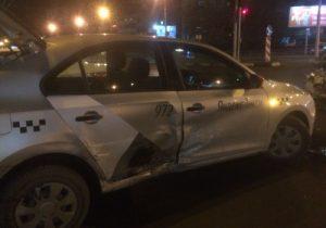 Ночные ДТП в Новосибирске: столкнулись три машины такси